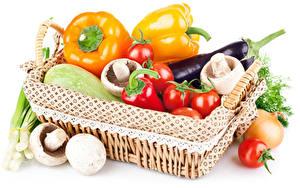 Hintergrundbilder Gemüse Peperone Tomate Pilze Aubergine Weißer hintergrund Weidenkorb Lebensmittel