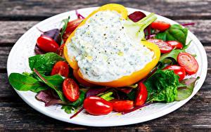 Hintergrundbilder Gemüse Peperone Tomate Bretter Teller Lebensmittel