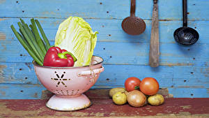 Bilder Gemüse Kartoffel Tomate Zwiebel Bretter Lebensmittel