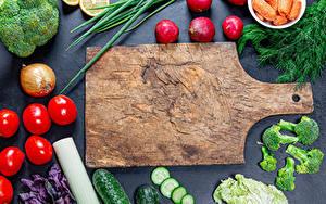 Hintergrundbilder Gemüse Radieschen Tomaten Gurke Zwiebel Dill Schneidebrett Lebensmittel