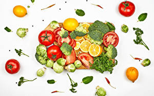 Fotos Gemüse Tomaten Brokkoli Dill Zitrone Chili Pfeffer Weißer hintergrund Schneidebrett Lebensmittel