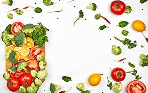 Fotos Gemüse Tomate Brokkoli Zitrone Dill Weißer hintergrund Schneidebrett Vorlage Grußkarte
