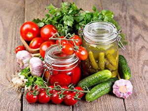 Fotos Gemüse Tomaten Gurke Knoblauch Bretter Weckglas Lebensmittel
