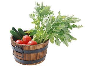 Fotos Gemüse Tomate Gurke Weißer hintergrund Eimer Lebensmittel