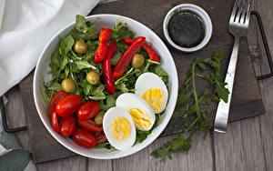 Bilder Gemüse Tomate Oliven Bretter Teller Essgabel Eier das Essen