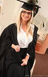 Hintergrundbilder Vendula Bednarova Blond Mädchen Der Hut Starren Brille Lächeln Hand junge Frauen