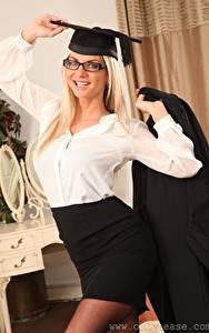 Bilder Vendula Bednarova Blondine Der Hut Starren Brille Lächeln junge frau