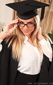 Hintergrundbilder Vendula Bednarova Der Hut Blondine Starren Brille Hand junge frau