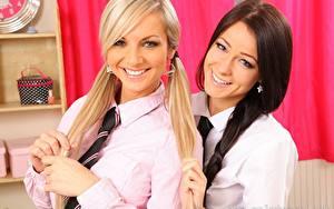 Fotos Vendula Bednarova Melisa Mendiny Zwei Blondine Brünette Starren Lächeln Zopf Hand Krawatte Hemd junge frau
