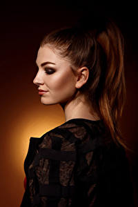 Hintergrundbilder Viacheslav Krivonos Model Schminke Farbigen hintergrund Braune Haare Julia junge Frauen