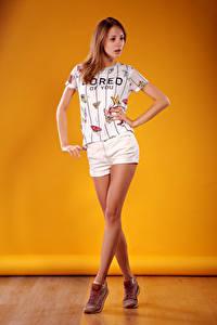 Fotos Viacheslav Krivonos Model Posiert Bein Shorts T-Shirt Farbigen hintergrund Mädchens