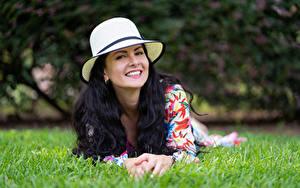 Bilder Brünette Gras Liegt Lächeln Der Hut Starren Victoria Bel