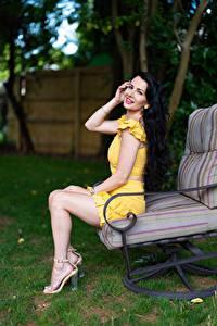 Bilder Victoria Bell Sessel Brünette Sitzen Bein Blick Mädchens