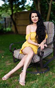 Hintergrundbilder Victoria Bell Brünette Sessel Sitzen Bein Blick Mädchens