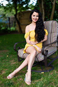 Fotos Victoria Bell Brünette Sessel Sitzend Pose Bein Starren junge frau