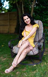 Fotos Victoria Bell Brünette Sessel Sitzend Lächeln Bein Blick Mädchens