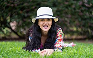 Fotos Brünette Bokeh Gras Hinlegen Der Hut Blick Lächeln Victoria Bell junge Frauen