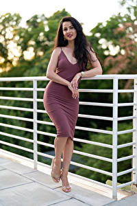 Hintergrundbilder Victoria Bell Pose Kleid Brünette Hand Blick junge frau