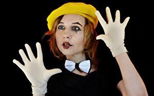 Bureaubladachtergronden Hand Handschoen En boog Baret Roodharige vrouw Make up Clowns Zwarte achtergrond Victoria Borodinova, Mime artist jonge vrouw