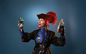 Bilder Victoria Borodinova Piraten Federn Cosplay Der Hut Hand Weinglas Flaschen Farbigen hintergrund Mädchens