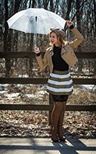 Fotos Victoria Borodinova Posiert Regenschirm Jacke Baseballkappe Stiefel junge frau