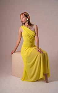Bilder Victoria Borodinova Sitzt Posiert Kleid junge frau