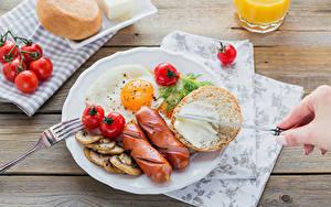 Fotos Wiener Würstchen Brot Tomate Gemüse Frühstück Teller Spiegelei Lebensmittel