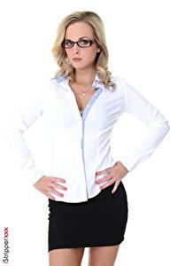 Fotos Vinna Reed iStripper Weißer hintergrund Blondine Starren Brille Hand