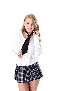 Fondos de escritorio Viola O Bailey Virtuagirlhd Oscuro rubio Corbata Contacto visual Sonrisa Mano Falda El fondo blanco mujeres jóvenes