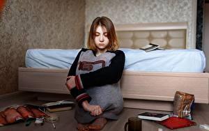Fotos Einsames Sitzen Traurig Bett Braunhaarige Vlad Pekov Mädchens