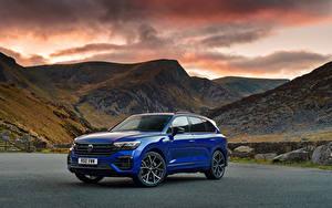 Bilder Volkswagen Gebirge Softroader Blau Metallisch Touareg R eHybrid, UK-spec, 2021 Autos