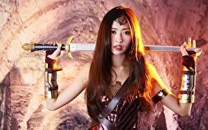 Hintergrundbilder Krieger Unscharfer Hintergrund Braune Haare Starren Hand Schwert Rüstung Cosplay junge frau