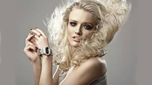 Hintergrundbilder Armbanduhr Grauer Hintergrund Blick Blond Mädchen Hand Haar junge frau