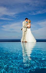 Bilder Wasser Braut Heirat Bräutigam Blond Mädchen Küssen Kleid