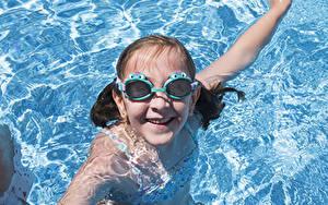 Fotos Wasser Kleine Mädchen Brille Lächeln Schwimmbecken Starren