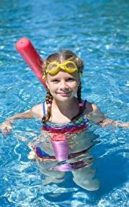 Hintergrundbilder Wasser Kleine Mädchen Schwimmbecken Brille Starren Kinder