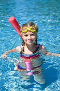 Desktop hintergrundbilder Wasser Kleine Mädchen Schwimmbecken Brille Starren Kinder