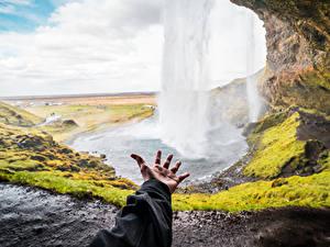 Bilder Wasserfall Island Hand Unscharfer Hintergrund Seljalandsfoss, South Iceland Natur