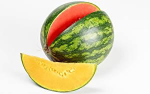 Bureaubladachtergronden Watermeloenen Close-up Witte achtergrond Stuk van Voedsel