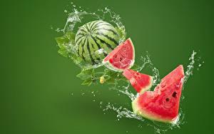 Bilder Wassermelonen Farbigen hintergrund Spritzwasser Stücke das Essen