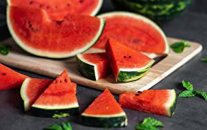 Bilder Wassermelonen Schneidebrett Stücke das Essen