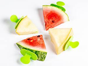 Fotos Wassermelonen Melone Weißer hintergrund Stücke Lebensmittel