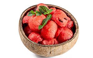 Hintergrundbilder Wassermelonen Weißer hintergrund Kugeln Blatt Minzen Lebensmittel
