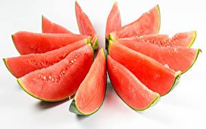 Bilder Wassermelonen Weißer hintergrund Stücke Lebensmittel