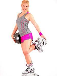 Hintergrundbilder Weißer hintergrund Blond Mädchen Rollschuh Helm Hand Bein Pose Mädchens