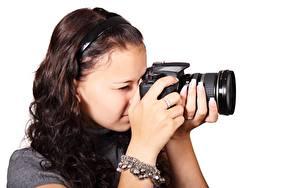 Bilder Weißer hintergrund Fotograf Fotoapparat Braune Haare Hand junge frau