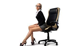 Fotos Weißer hintergrund Sekretärinen Sessel Blond Mädchen Brille Sitzend Bein Stöckelschuh