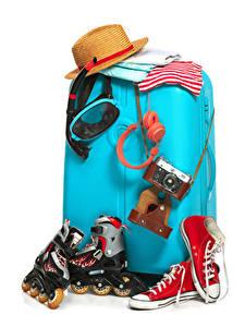 Hintergrundbilder Weißer hintergrund Koffer Rollschuh Plimsoll Schuh Fotoapparat Der Hut Kopfhörer Touristik