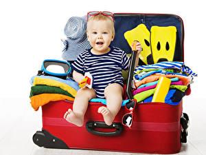 Bilder Weißer hintergrund Koffer Sitzen Brille Tourismus Kinder