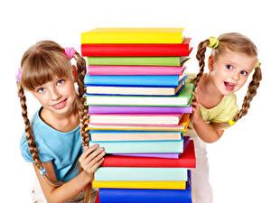 Fotos Weißer hintergrund 2 Kleine Mädchen Buch Blick Zopf Kinder